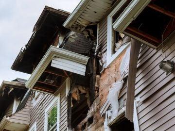 Entre cucarachas y basura: Graban el descubrimiento de más de 85.000 euros en videojuegos en una casa abandonada